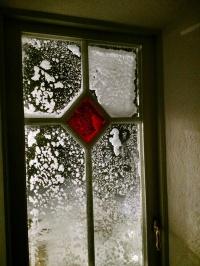 20180227 Snö rött glas