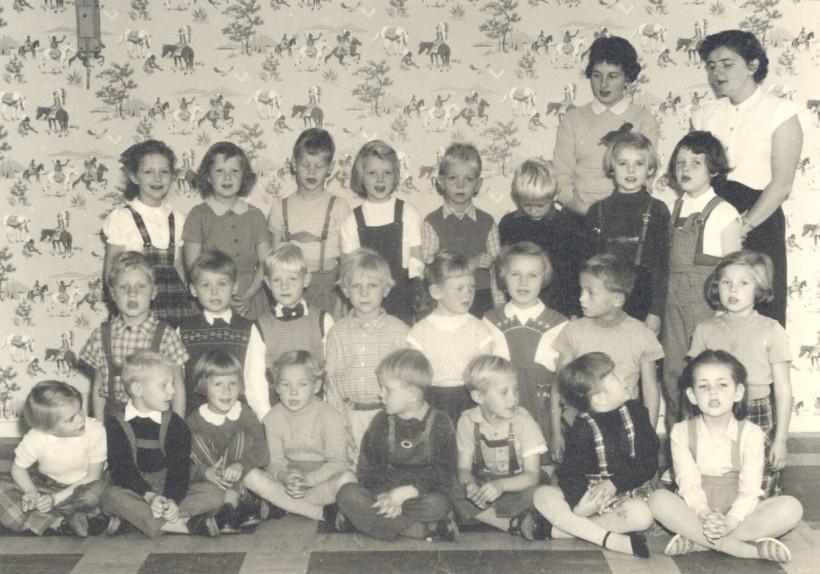 Lekskola på Onsdagsvägen från 1954. Agneta Pettersson 5 år tredje fr vänster nederst